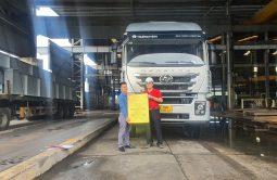 Đại diện Trường Thịnh Group thực hiện bàn giao xe đầu kéo IVECO-Hongyan cho công ty Thiên Trường